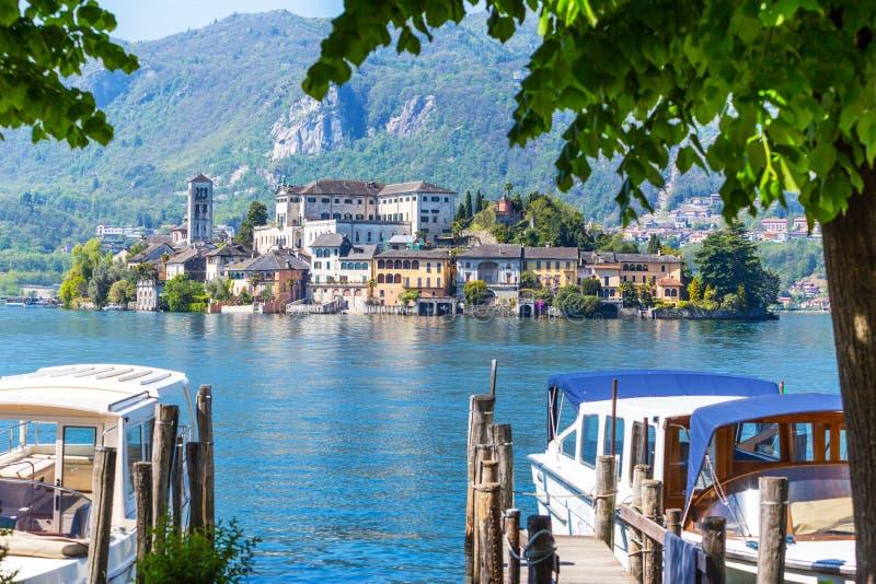 Romantische mening van het eiland van San Giulio bij Meer Orta, Piemonte, Italië royalty-vrije stock afbeeldingen