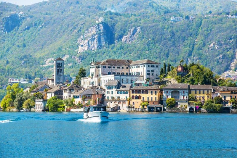 Romantische mening van het eiland van San Giulio bij Meer Orta, Piemonte, Italië stock fotografie