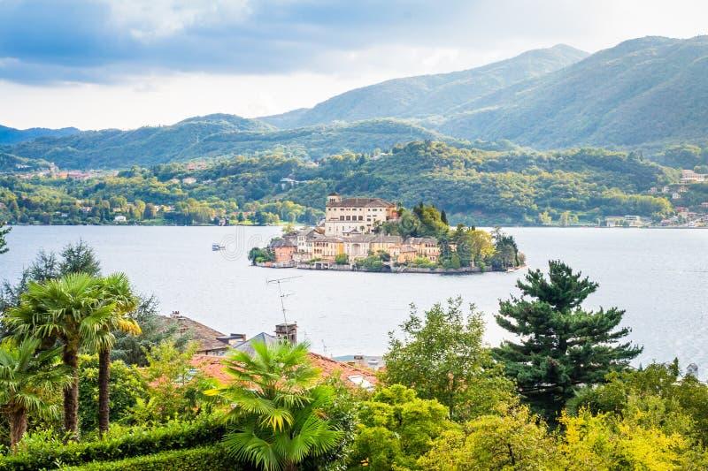 Romantische mening van het eiland van San Giulio bij Meer Orta, Piemonte, Italië stock afbeelding