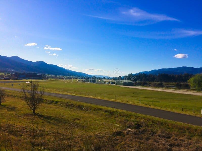 Romantische mening van mooie kleine luchthaven met bergen op de horizon op berggebied in Australië royalty-vrije stock afbeeldingen