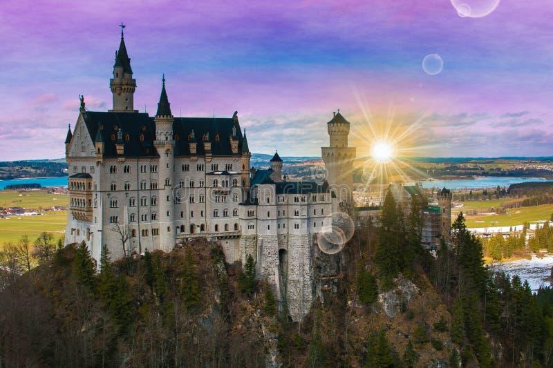 Romantische mening van Neuschwanstein-kasteel bij zonsopgang in de ochtend royalty-vrije stock foto