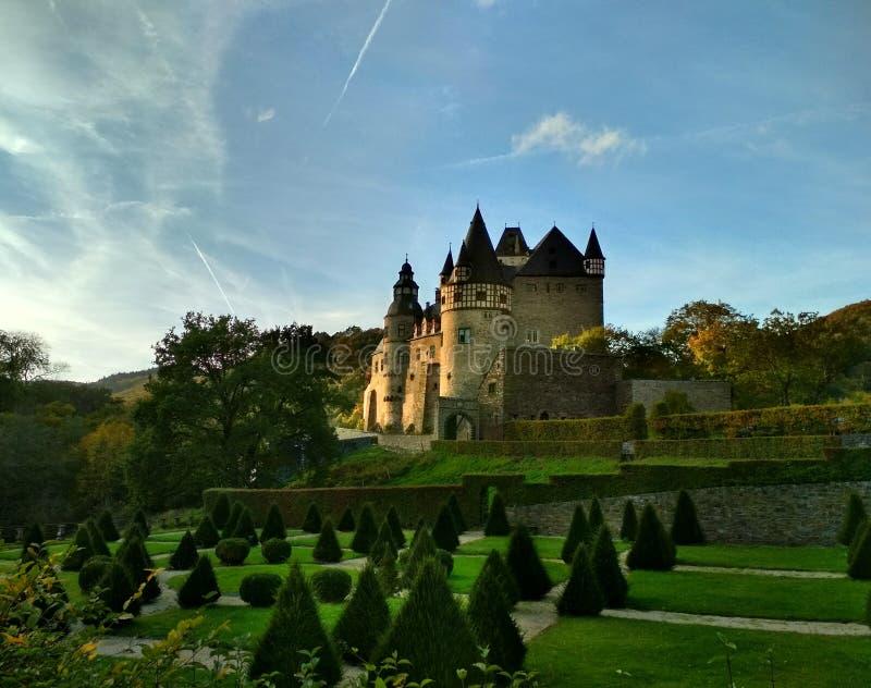 Romantische middeleeuwse kastelen van Duitsland - Burresheim in de vallei van Rijn stock foto