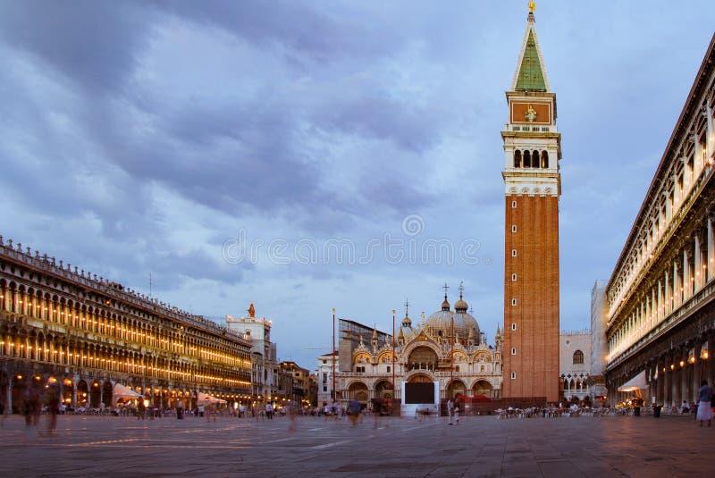 Romantische nachtmening van het vierkant van San Marco tijdens zonsondergang blauw uur royalty-vrije stock fotografie