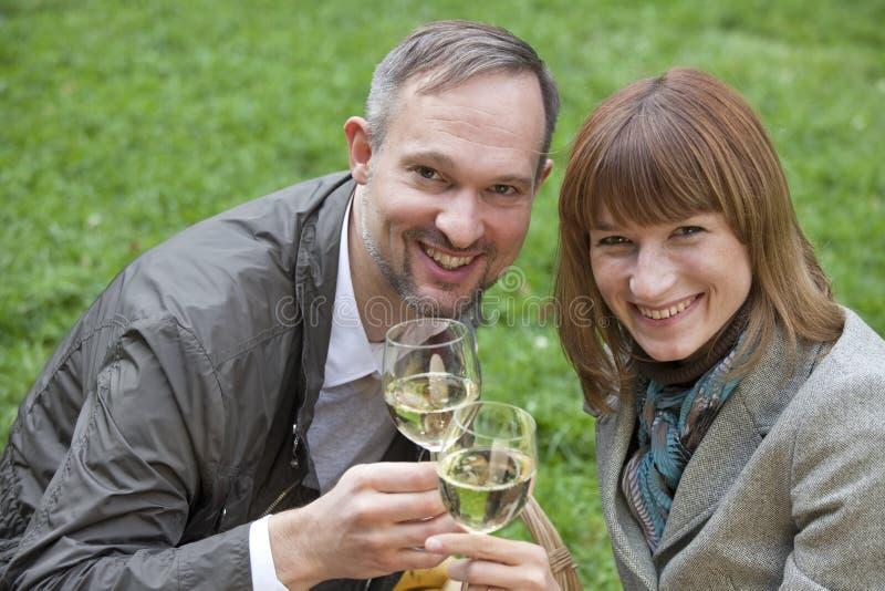 Romantische paar het drinken champagne stock foto's