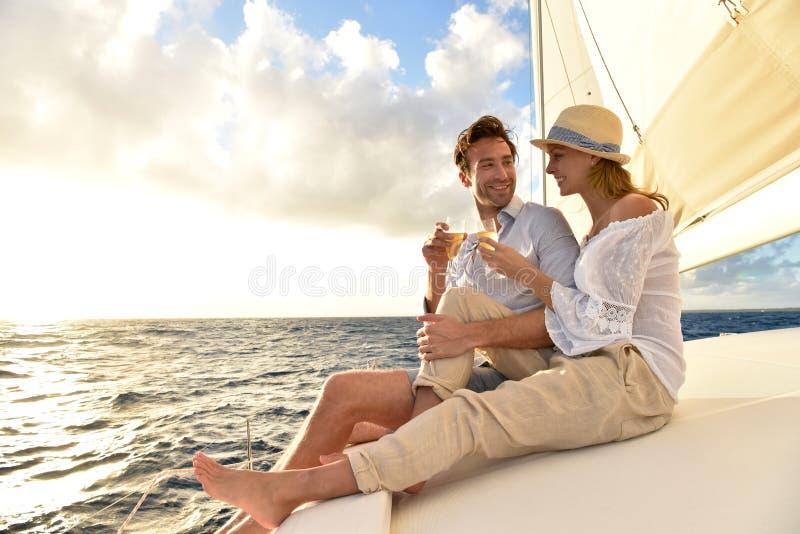 Romantische paar het drinken champagne op varende boot royalty-vrije stock foto's