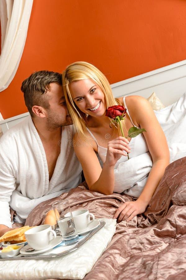 Romantische paar het motel van het geknuffelbed het vieren verjaardag stock afbeeldingen
