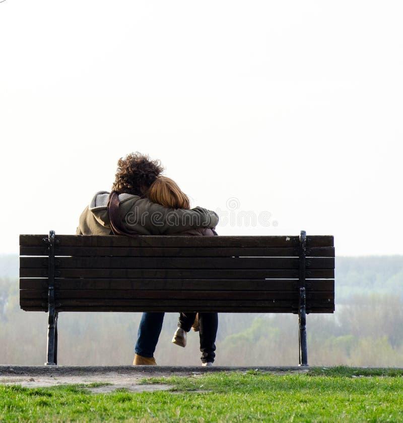 Romantische Paare auf Bank stockfotos