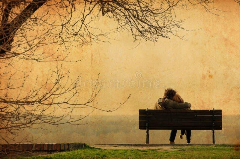 Romantische Paare auf Bank - Weinlesephotographie lizenzfreies stockfoto