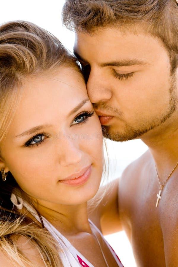 Romantische Paare auf der Küste lizenzfreie stockfotos