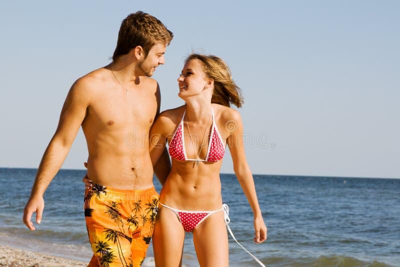 Romantische Paare auf der Küste lizenzfreies stockfoto