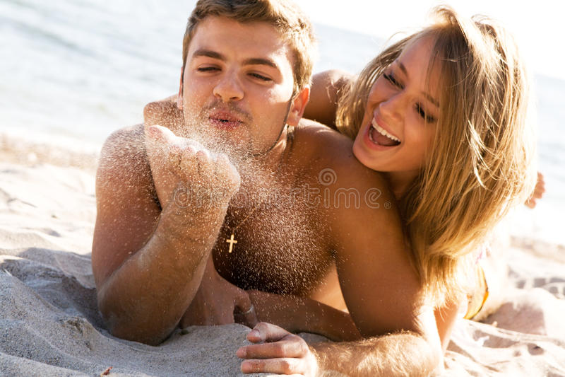Romantische Paare auf der Küste stockbilder