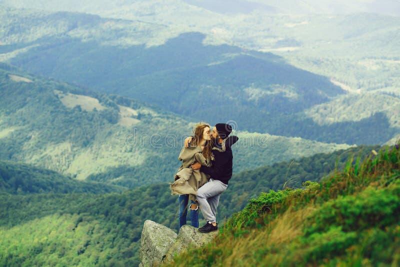 Romantische Paare auf die Gebirgsoberseite lizenzfreie stockfotos