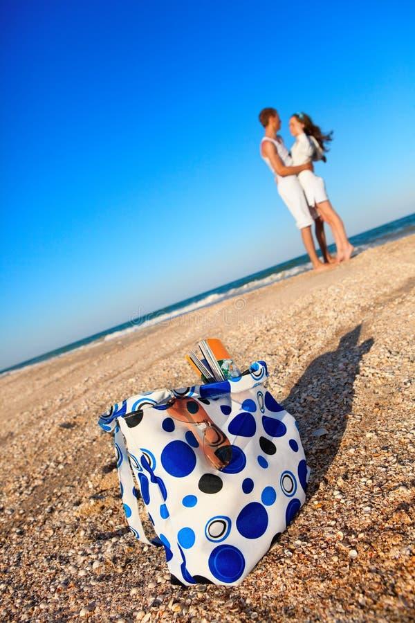 Romantische Paare auf einem Strand stockfoto