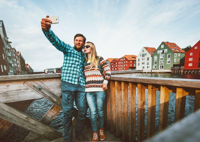 Romantische Paare in der Liebe, die selfie durch Smartphone nimmt stockbild