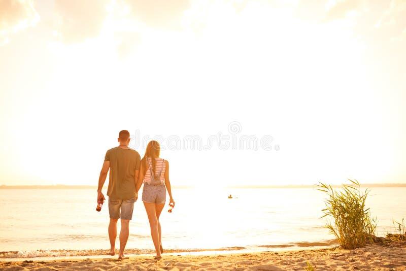 Romantische Paare, die über Strand während des Datums gehen lizenzfreie stockbilder