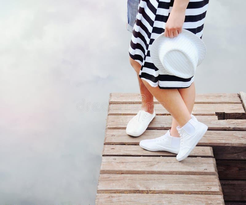 Romantische Paare, die auf dem Pier nahe See am heißen Sommertag küssen lizenzfreies stockfoto