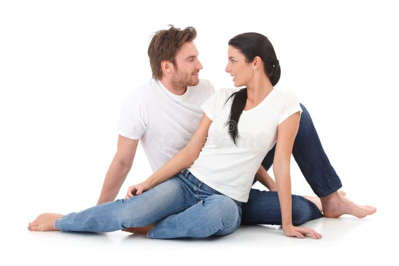 Romantische Paare, die das Augenlächeln sich geben lizenzfreie stockfotos