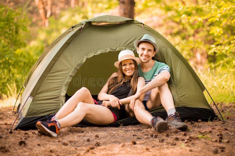 Romantische Paare, die drau?en kampieren und im Zelt sitzen Glücklicher Mann und Frau auf romantischen Ferien lizenzfreies stockbild