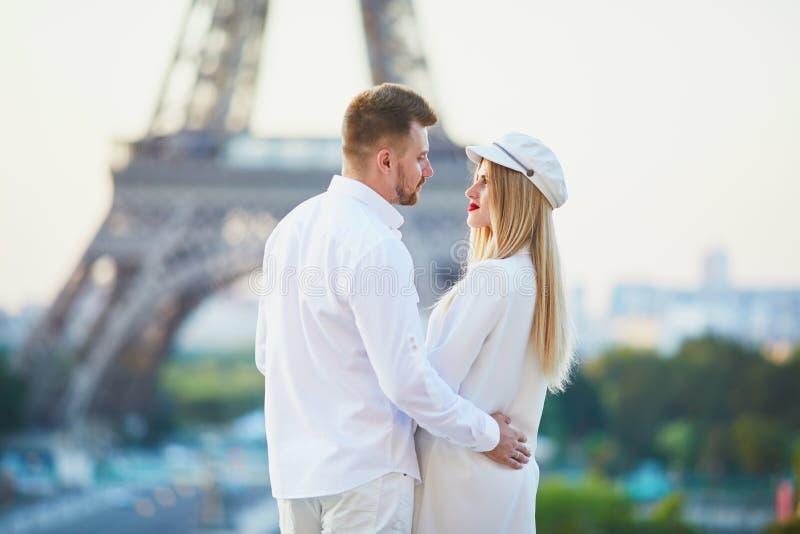 Romantische Paare, die ein Datum nahe dem Eiffelturm haben lizenzfreie stockbilder