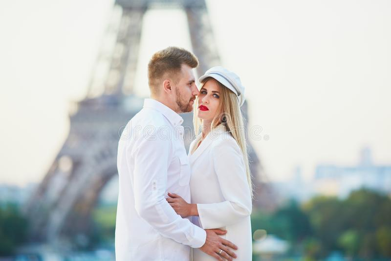 Romantische Paare, die ein Datum nahe dem Eiffelturm haben stockbilder