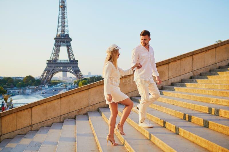 Romantische Paare, die ein Datum nahe dem Eiffelturm haben lizenzfreie stockfotos