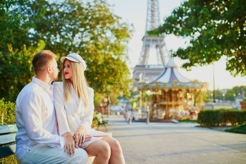 Romantische Paare, die ein Datum nahe dem Eiffelturm haben stockfotografie