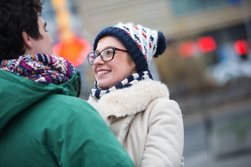 Romantische Paare, die einander in der Stadt während des Winters betrachten lizenzfreie stockbilder