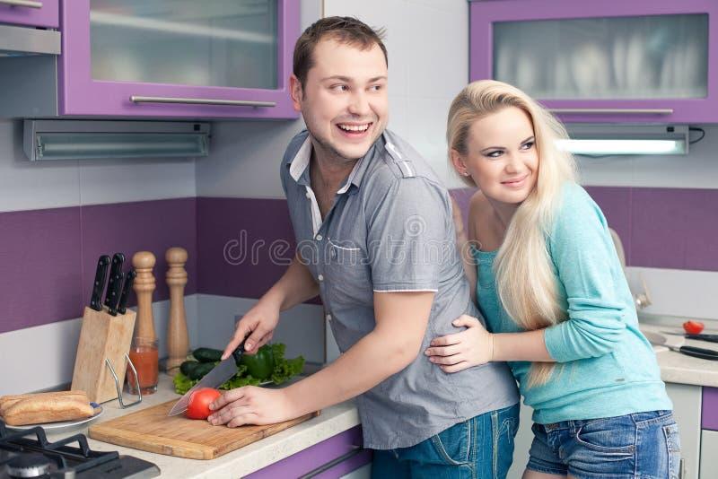 Romantische Paare, die eine Mahlzeit vorbereiten stockfotos