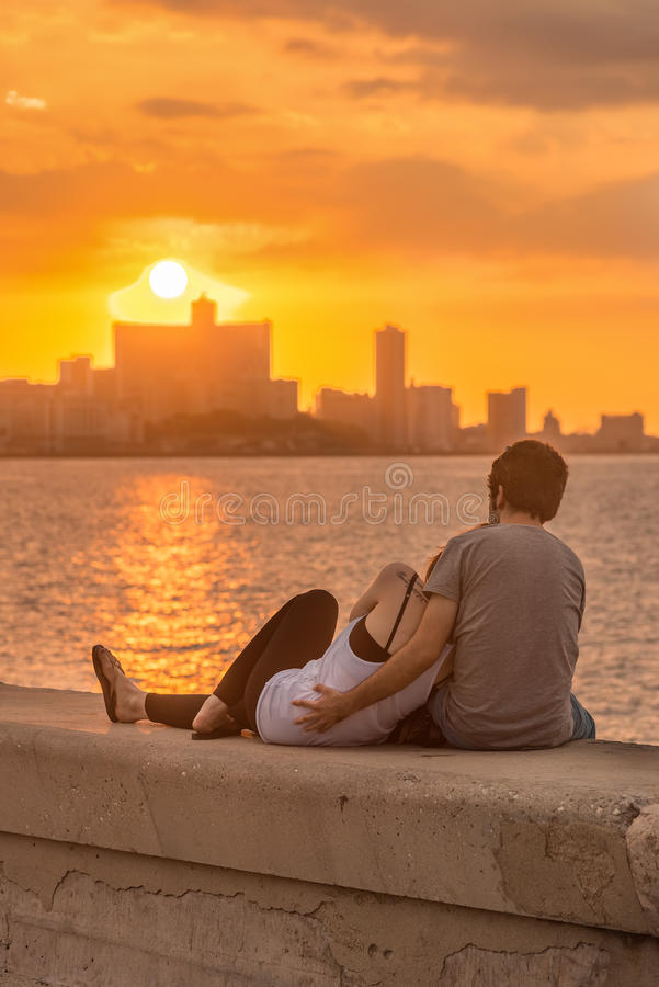 Romantische Paare, die einen Sonnenuntergang in Havana betrachten lizenzfreie stockfotos