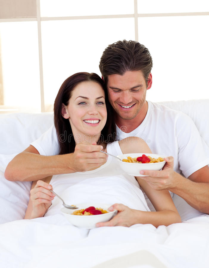 Romantische Paare, die frühstücken lizenzfreie stockfotos