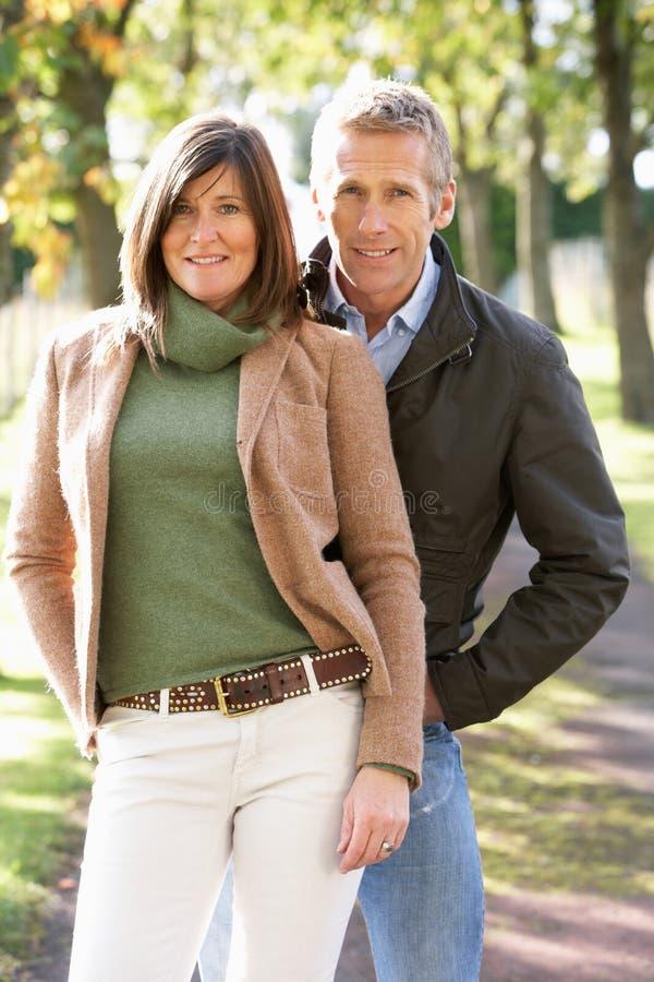 Romantische Paare, die im Freienweg genießen stockfoto