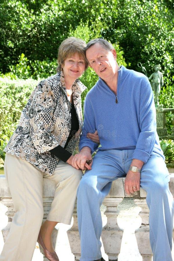 Romantische Paare, die im Park sich entspannen lizenzfreies stockfoto