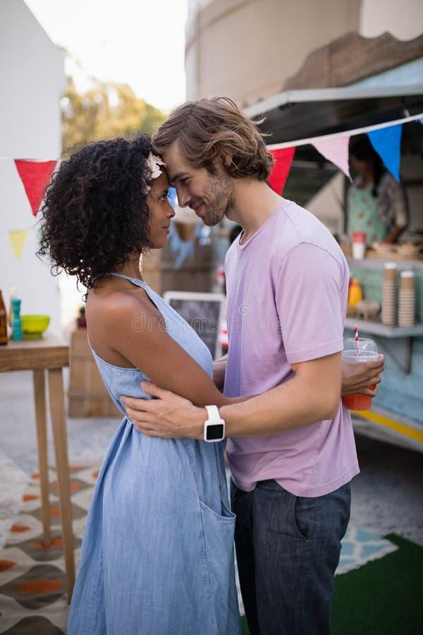 Romantische Paare, die sich umfassen lizenzfreie stockfotos