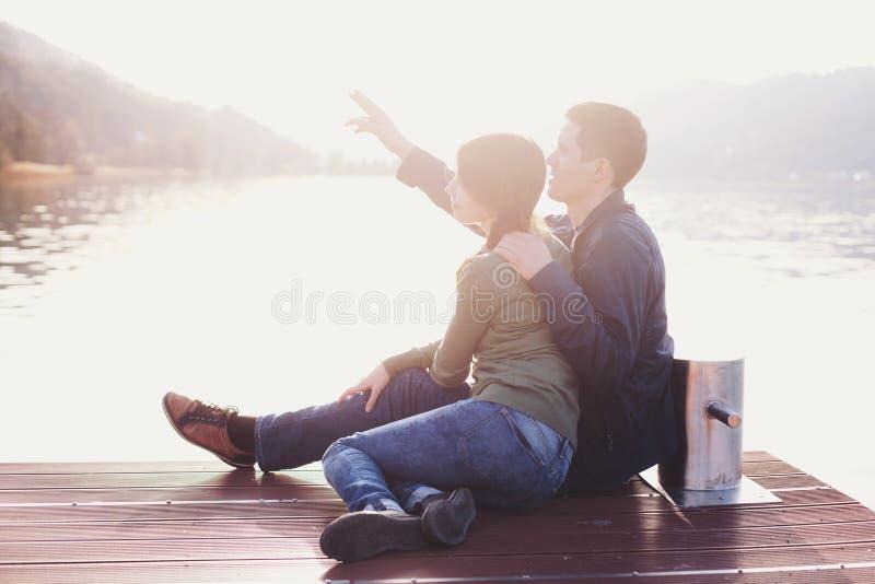 Romantische Paare, die Sonnenuntergang genießen lizenzfreie stockfotografie