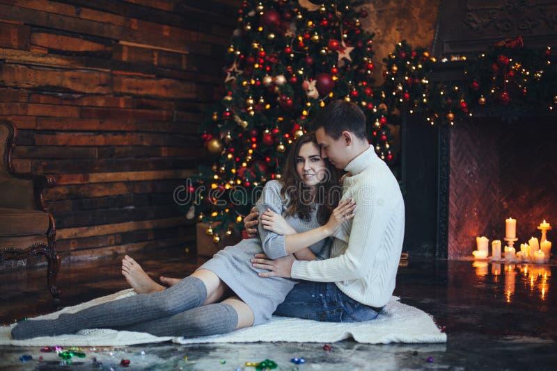 romantischer winterabend durch das kamin weihnachten stockbild bild von auslegung familie