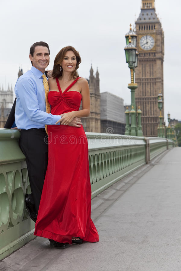 Romantische Paare durch Big Ben, London, England stockfotografie
