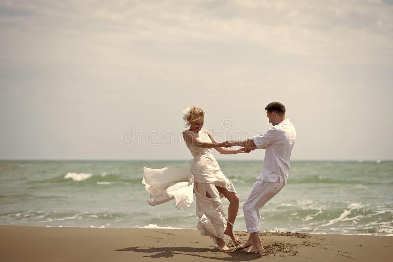 Romantische Paare Glückliche Hochzeitspaare auf Strand lizenzfreies stockfoto
