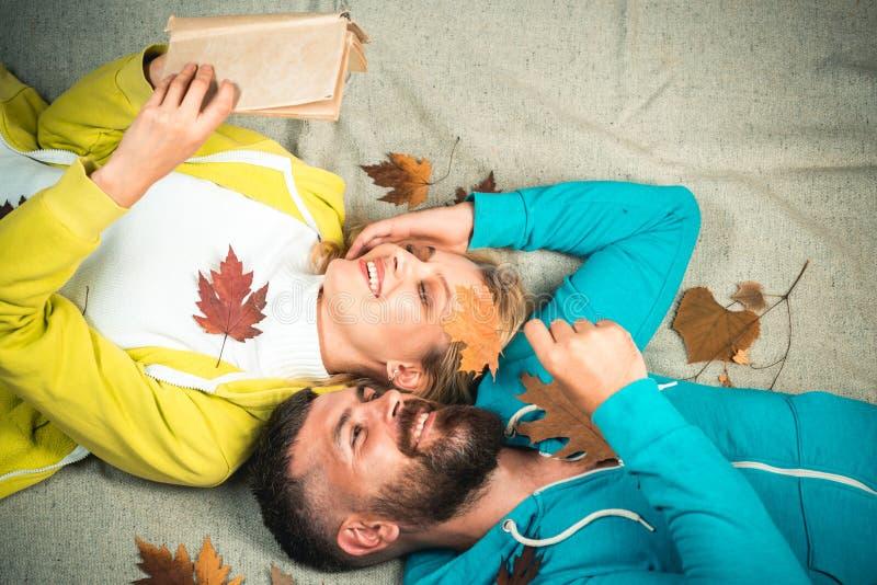 Romantische Paare im Herbst Kleidung und Farbtendenzen Herbstverkauf oder Schwarzes Freitag Sinnliche Paare auf Herbsthintergrund stockbild