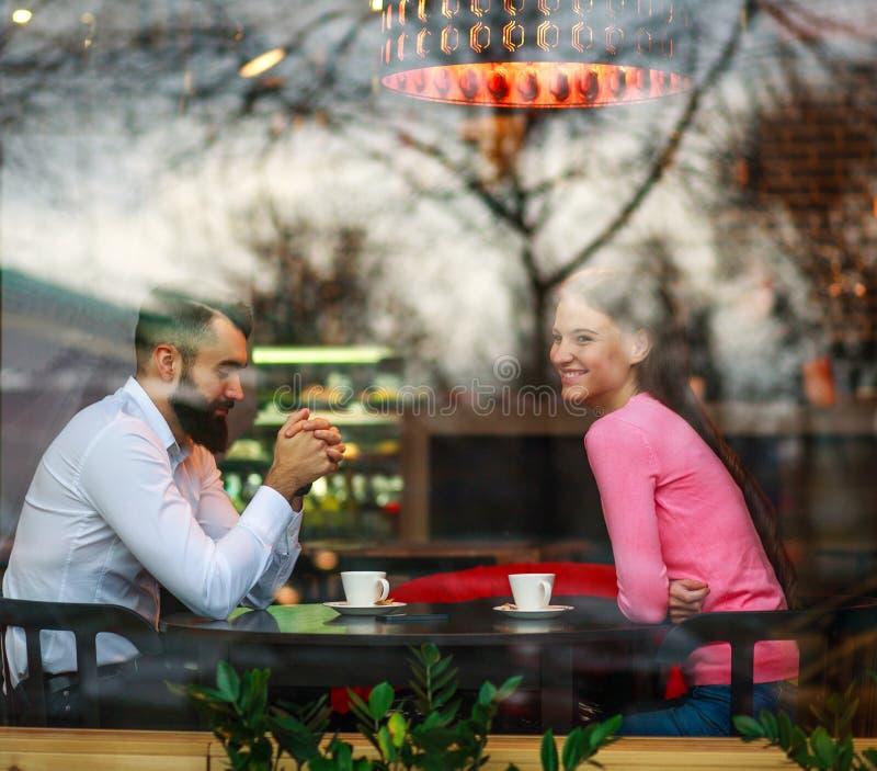 Romantische Paare im Restaurant mit dem Tasse Kaffee, der glücklich zusammen spricht stockfotos
