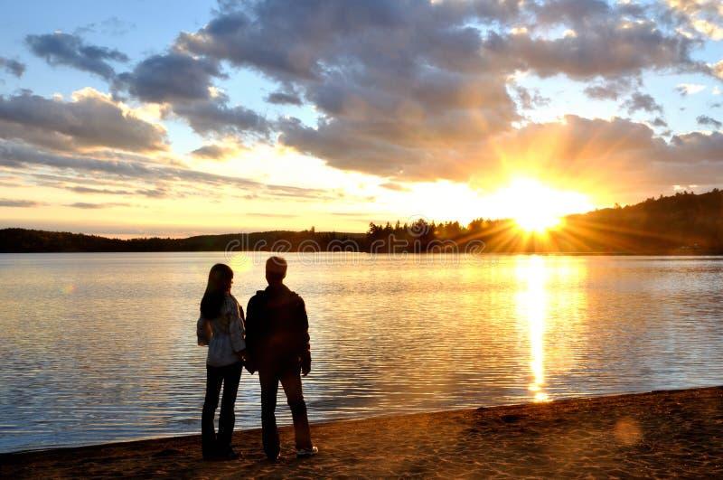 Romantische Paare im Schattenbild lizenzfreies stockfoto