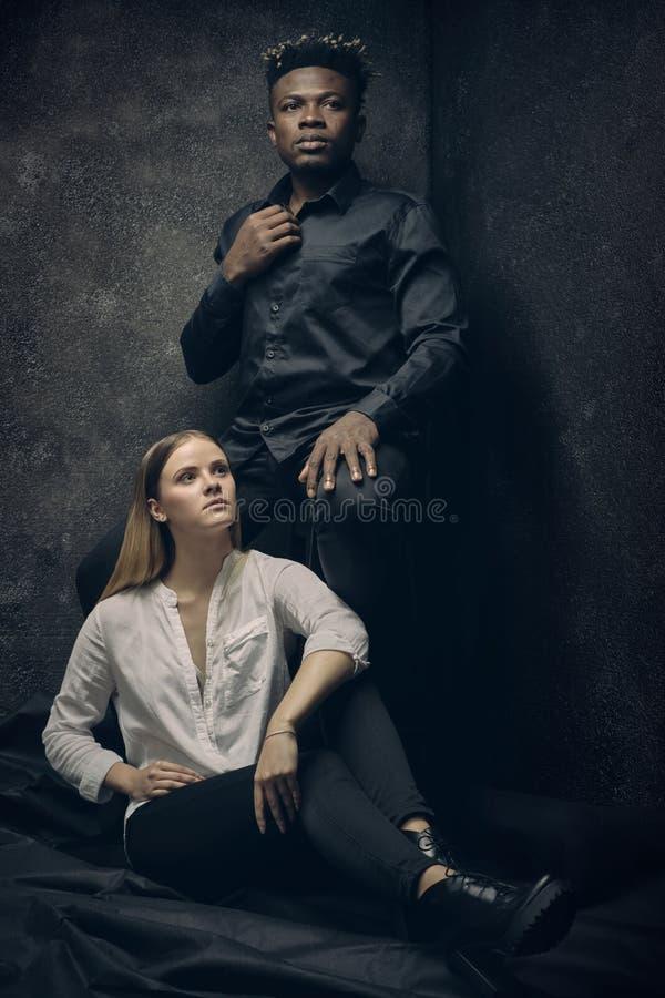 Romantische Paare - Junge und Mädchen stockbild