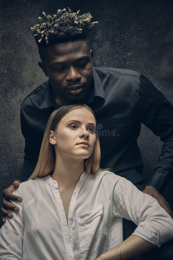 Romantische Paare - Junge und Mädchen lizenzfreie stockfotografie