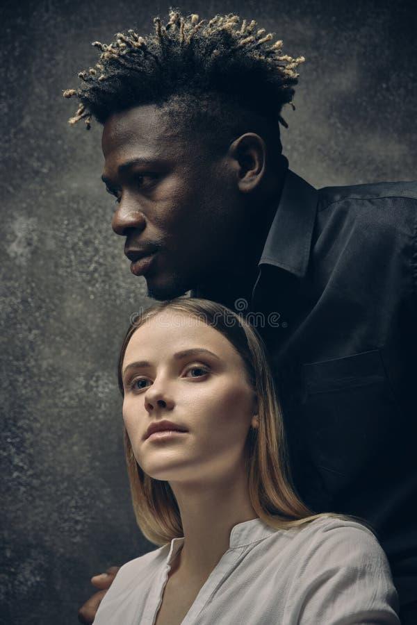 Romantische Paare - Junge und Mädchen stockfotos