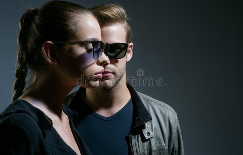 Romantische Paare Liebesbeziehungen Freundschafts-Tag Freundschaftsbeziehungen Mode-Modelle in den modischen Sonnenbrillen Paare  stockfotografie