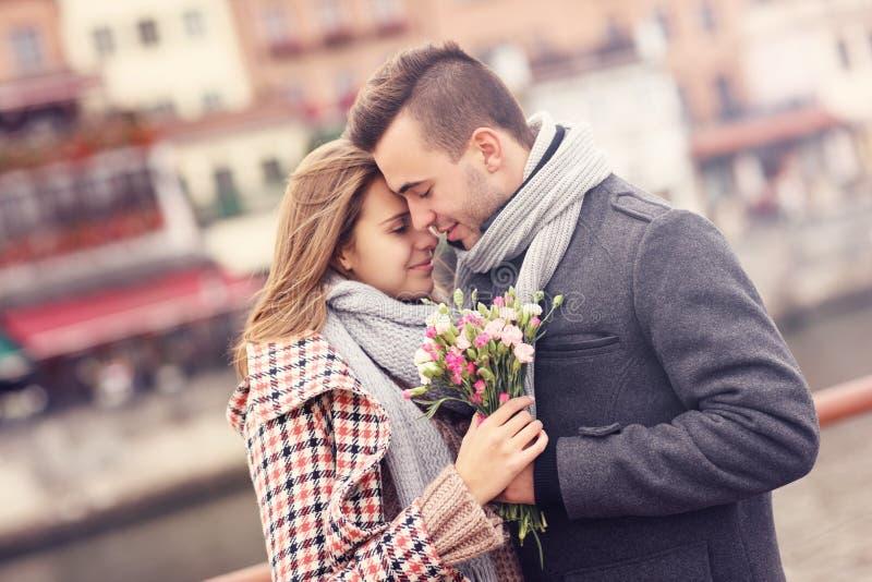 Romantische Paare mit Blumen auf einem Datum lizenzfreie stockfotografie