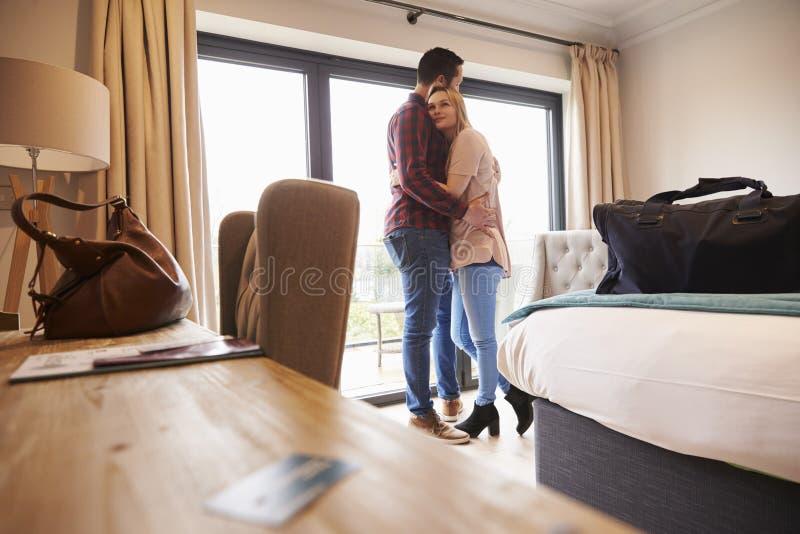 Romantische Paare mit Hotelzimmer-Schlüssel im Vordergrund lizenzfreies stockfoto