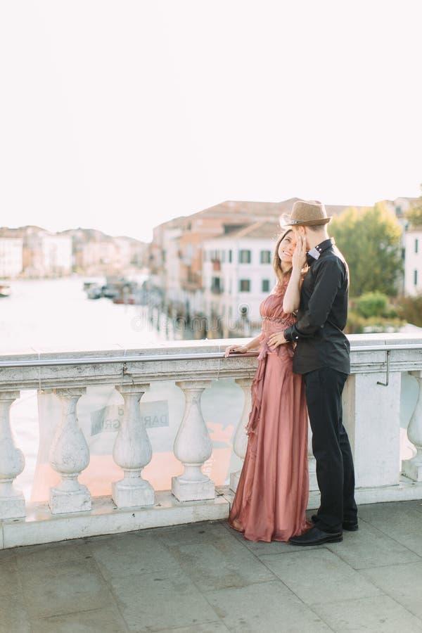 Romantische Paare, welche die Glättung in Venedig genießen Romantische Reisepaare in Venedig an den Reiseferienfeiertagen Italien lizenzfreie stockfotos