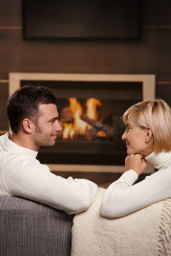 Romantische Paare zu Hause lizenzfreies stockfoto