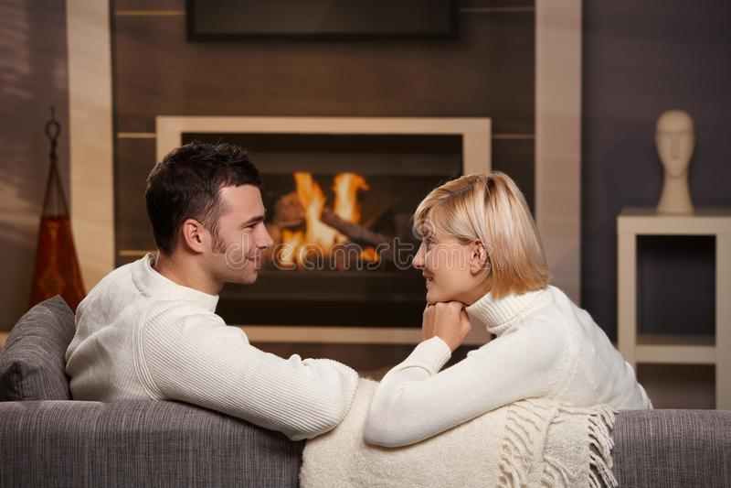 Romantische Paare zu Hause stockfotografie