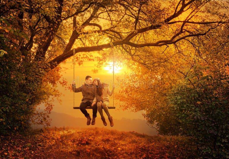 Romantische paarschommeling in het de herfstpark stock foto's